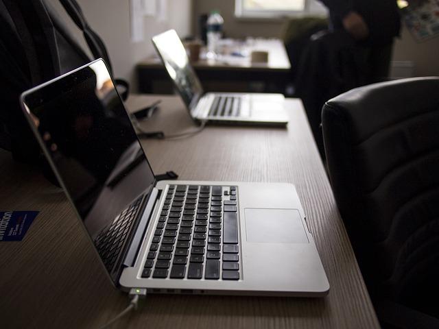 přenosné počítače na stolech