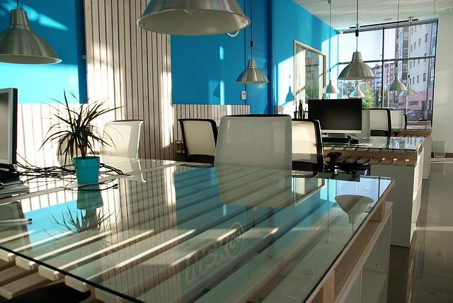 modrá zeď kanceláře