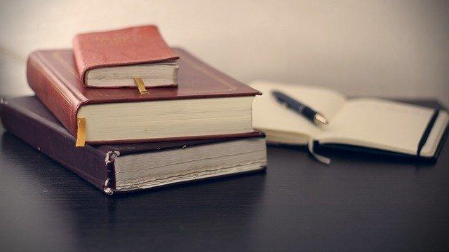 knihy a pero