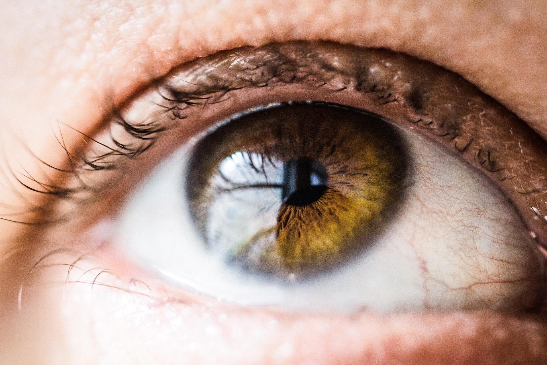 nenalíčené oči